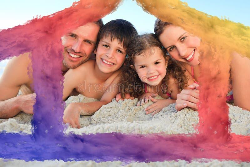 Σύνθετη εικόνα της οικογένειας στην παραλία απεικόνιση αποθεμάτων