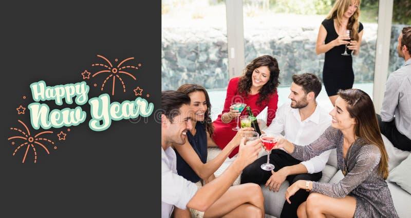 Σύνθετη εικόνα της ομάδας φίλων που ψήνουν τα ποτά κοκτέιλ απεικόνιση αποθεμάτων
