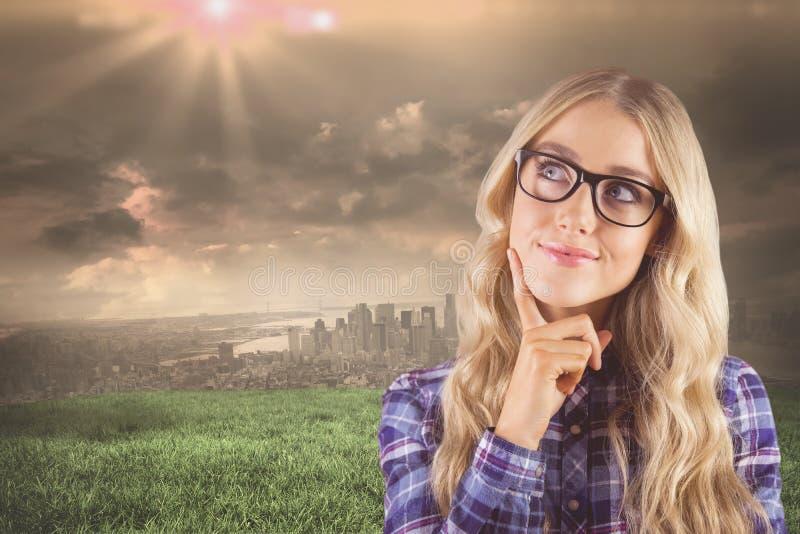 Σύνθετη εικόνα της πανέμορφης αφηρημάδας hipster χαμόγελου ξανθής στοκ φωτογραφία με δικαίωμα ελεύθερης χρήσης