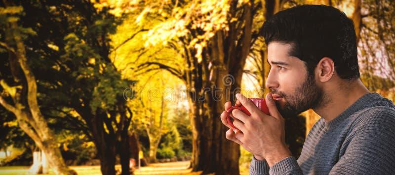 Σύνθετη εικόνα της πλάγιας όψης του στοχαστικού νεαρού άνδρα που έχει τον καφέ στοκ εικόνες με δικαίωμα ελεύθερης χρήσης