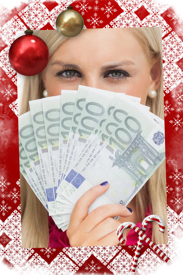 Σύνθετη εικόνα της πράσινης eyed γυναίκας που κρατά τα τραπεζογραμμάτια 100 ευρώ στοκ φωτογραφία με δικαίωμα ελεύθερης χρήσης