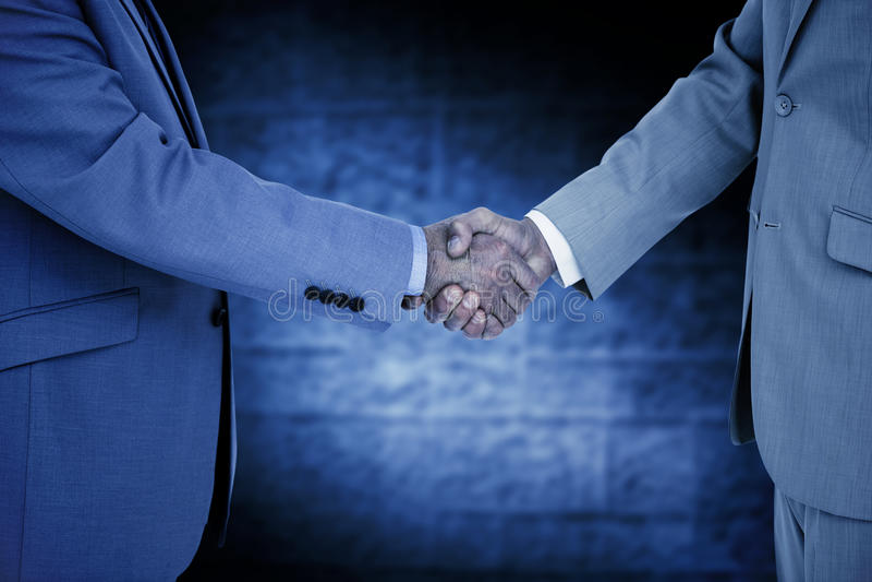 Σύνθετη εικόνα της πλάγιας όψης του τινάγματος των χεριών στοκ εικόνες με δικαίωμα ελεύθερης χρήσης
