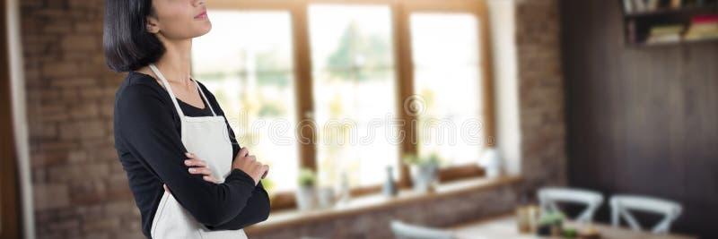 Σύνθετη εικόνα της σκεπτικής σερβιτόρας που στέκεται με τα όπλα που διασχίζονται στοκ φωτογραφία με δικαίωμα ελεύθερης χρήσης