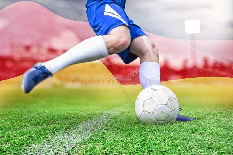 Σύνθετη εικόνα της σφαίρας λακτίσματος ποδοσφαιριστών στοκ φωτογραφίες με δικαίωμα ελεύθερης χρήσης