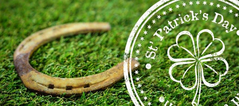 Σύνθετη εικόνα της σύνθετης εικόνας της ημέρας του ST Πάτρικ με το σύμβολο λουλουδιών στοκ εικόνα
