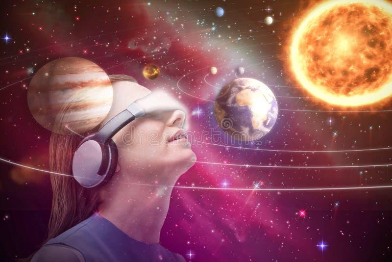 Σύνθετη εικόνα της χαμηλής άποψης γωνίας του brunette που χρησιμοποιεί τον προσομοιωτή εικονικής πραγματικότητας τρισδιάστατο διανυσματική απεικόνιση