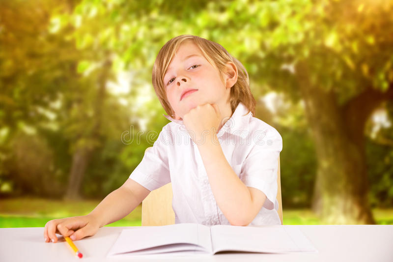 Σύνθετη εικόνα της χαριτωμένης σκέψης μαθητών στοκ φωτογραφία με δικαίωμα ελεύθερης χρήσης