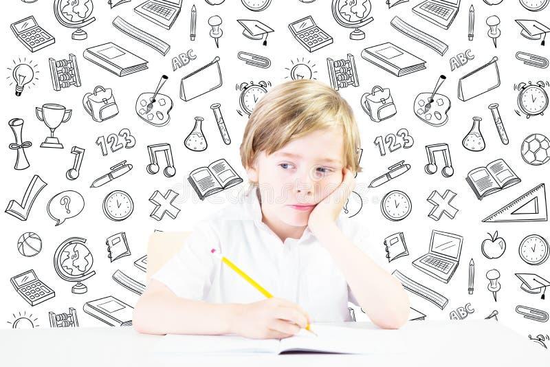 Σύνθετη εικόνα της χαριτωμένης σκέψης μαθητών στοκ φωτογραφίες