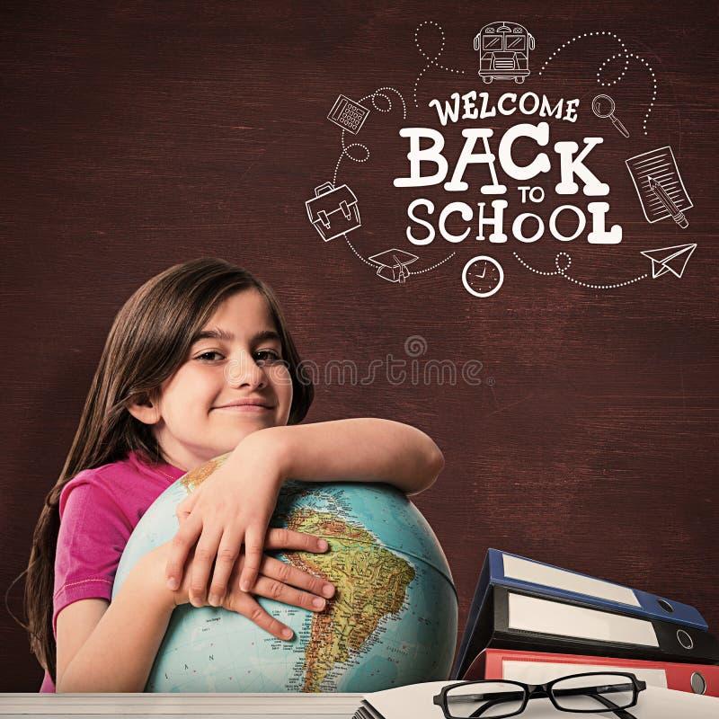 Σύνθετη εικόνα της χαριτωμένης σφαίρας εκμετάλλευσης χαμόγελου μαθητών στοκ εικόνα
