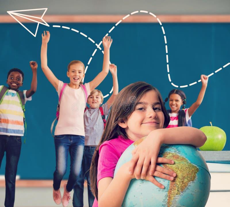 Σύνθετη εικόνα της χαριτωμένης σφαίρας εκμετάλλευσης χαμόγελου μαθητών στοκ εικόνες