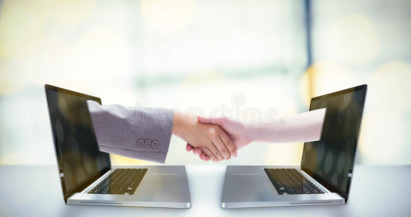 Σύνθετη εικόνα της χειραψίας μεταξύ δύο γυναικών στοκ φωτογραφία με δικαίωμα ελεύθερης χρήσης