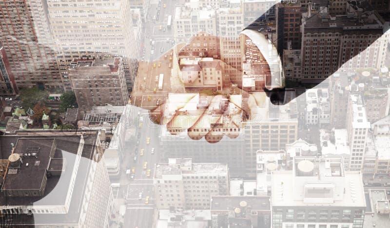 Σύνθετη εικόνα της χειραψίας μεταξύ δύο επιχειρηματιών στοκ εικόνες με δικαίωμα ελεύθερης χρήσης