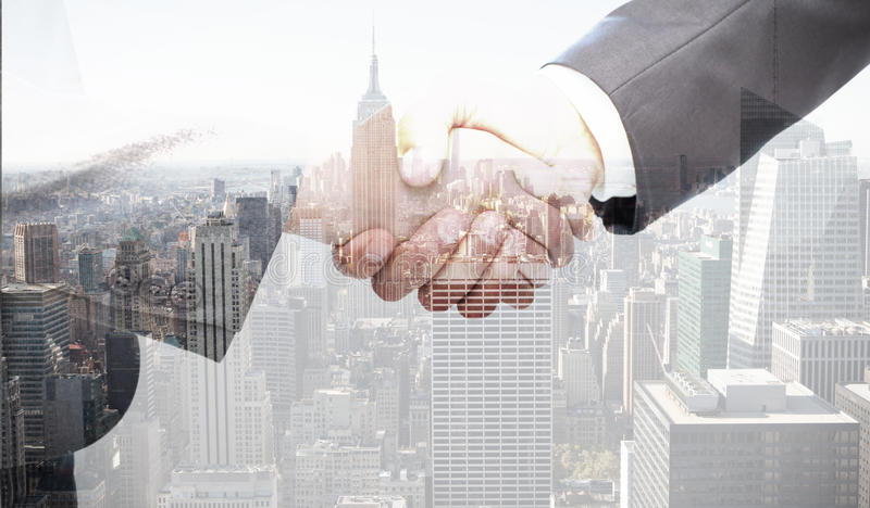 Σύνθετη εικόνα της χειραψίας μεταξύ δύο επιχειρηματιών στοκ φωτογραφία με δικαίωμα ελεύθερης χρήσης