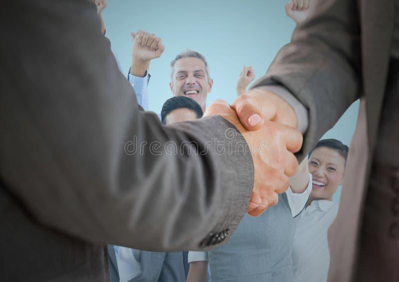 Σύνθετη εικόνα της χειραψίας μπροστά από τους επιχειρηματίες με το μπλε υπόβαθρο στοκ φωτογραφία με δικαίωμα ελεύθερης χρήσης