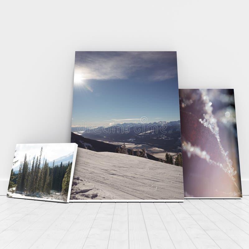 Σύνθετη εικόνα της ψηφιακά παραγμένης εικόνας των whiteboards ενάντια στον άσπρο τοίχο ελεύθερη απεικόνιση δικαιώματος