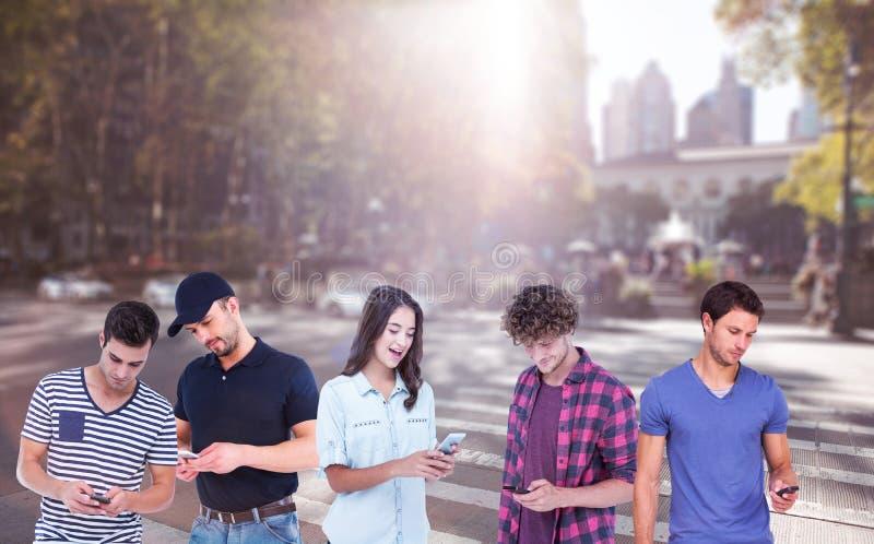 Σύνθετη εικόνα της όμορφης αποστολής κειμενικών μηνυμάτων ατόμων μέσω του έξυπνου τηλεφώνου στοκ φωτογραφίες
