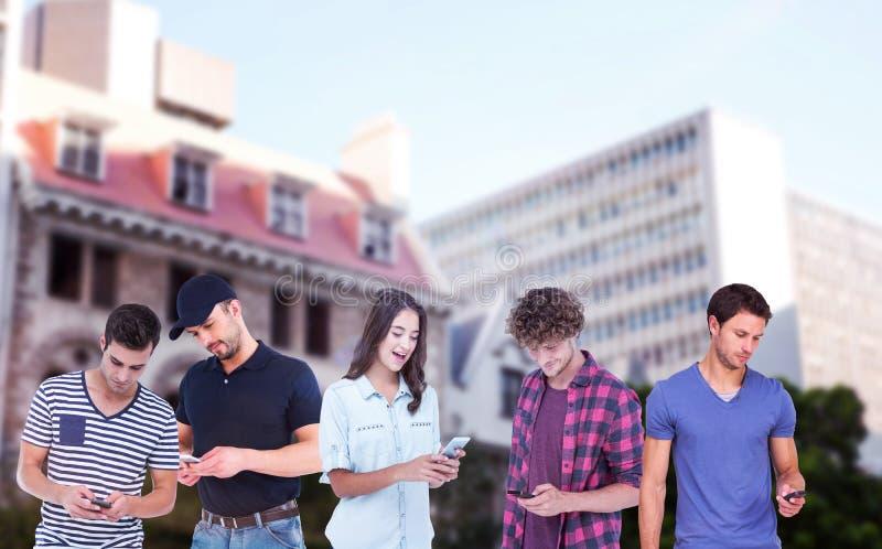 Σύνθετη εικόνα της όμορφης αποστολής κειμενικών μηνυμάτων ατόμων μέσω του έξυπνου τηλεφώνου στοκ εικόνες
