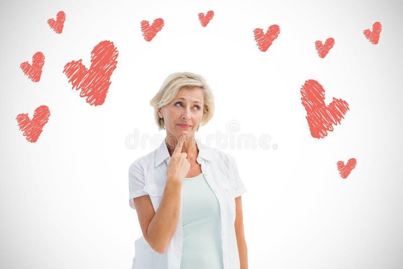 Σύνθετη εικόνα της ώριμης σκέψης γυναικών με το χέρι στο πηγούνι στοκ φωτογραφία με δικαίωμα ελεύθερης χρήσης