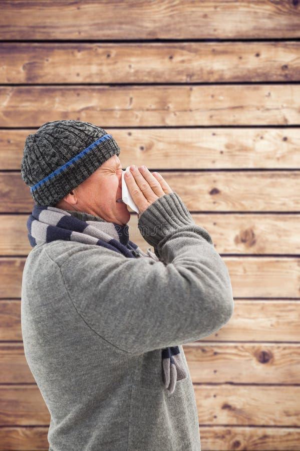 Σύνθετη εικόνα του άρρωστου ώριμου ατόμου που φυσά τη μύτη του στοκ φωτογραφίες