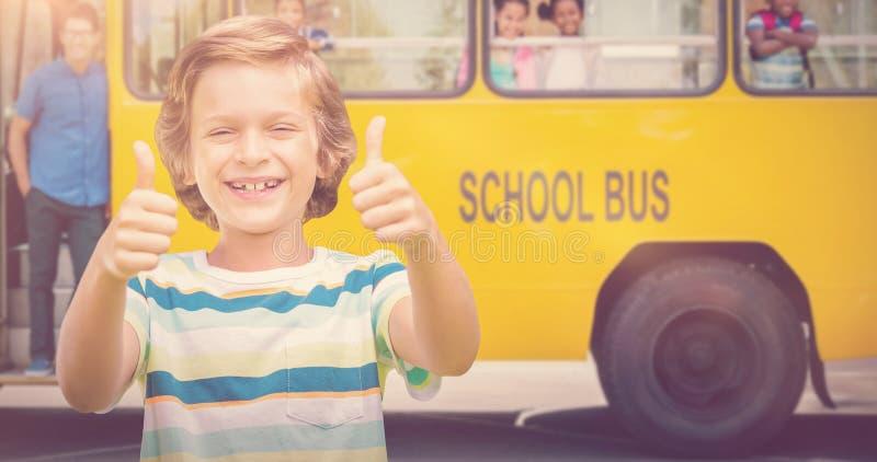 Σύνθετη εικόνα του αγοριού που παρουσιάζει αντίχειρες χαμογελώντας στοκ εικόνες
