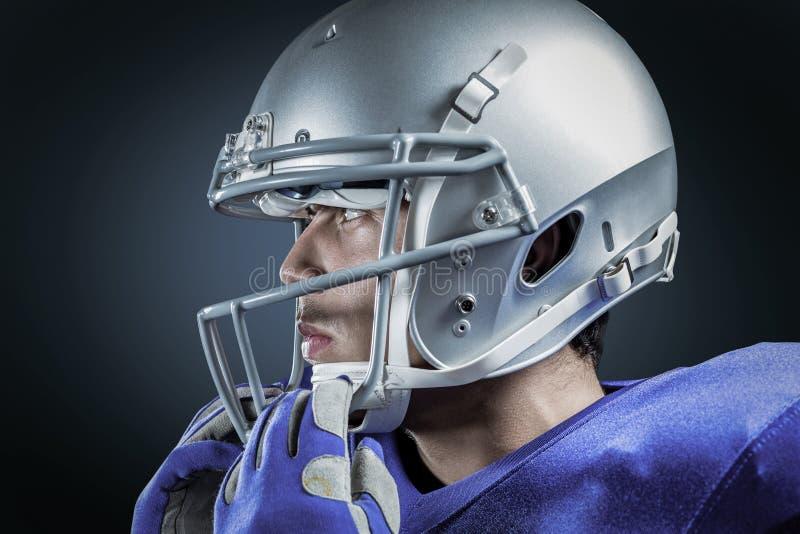 Σύνθετη εικόνα του αθλητικού τύπου που φορά το κράνος που κοιτάζει μακριά στοκ εικόνα με δικαίωμα ελεύθερης χρήσης