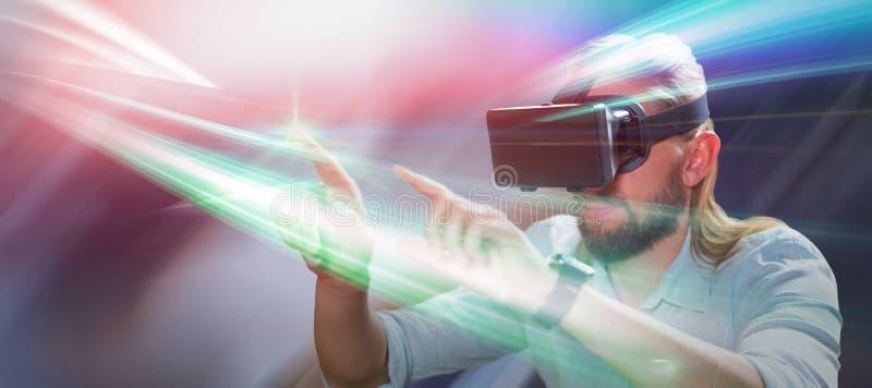 Σύνθετη εικόνα του ατόμου που δείχνει φορώντας τα γυαλιά εικονικής πραγματικότητας στοκ εικόνα με δικαίωμα ελεύθερης χρήσης
