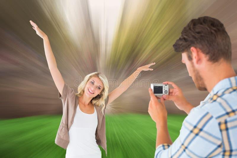 Σύνθετη εικόνα του ατόμου που παίρνει τη φωτογραφία της όμορφης φίλης του στοκ φωτογραφία με δικαίωμα ελεύθερης χρήσης