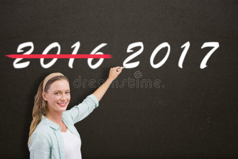 Σύνθετη εικόνα του γραψίματος δασκάλων χαμόγελου πέρα από το άσπρο υπόβαθρο στοκ φωτογραφίες