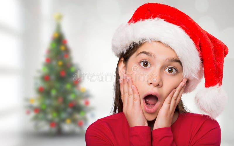 Σύνθετη εικόνα του εορταστικού κοιτάγματος μικρών κοριτσιών έκπληκτου στοκ εικόνες