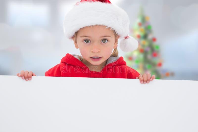 Σύνθετη εικόνα του εορταστικού μικρού κοριτσιού που παρουσιάζει αφίσα στοκ φωτογραφία με δικαίωμα ελεύθερης χρήσης