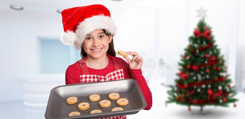 Σύνθετη εικόνα του εορταστικού μικρού κοριτσιού που προσφέρει τα μπισκότα στοκ φωτογραφία με δικαίωμα ελεύθερης χρήσης