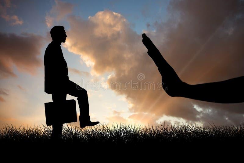 Σύνθετη εικόνα του επιχειρηματία με το χαρτοφύλακα που περπατά πέρα από το άσπρο υπόβαθρο στοκ φωτογραφία με δικαίωμα ελεύθερης χρήσης