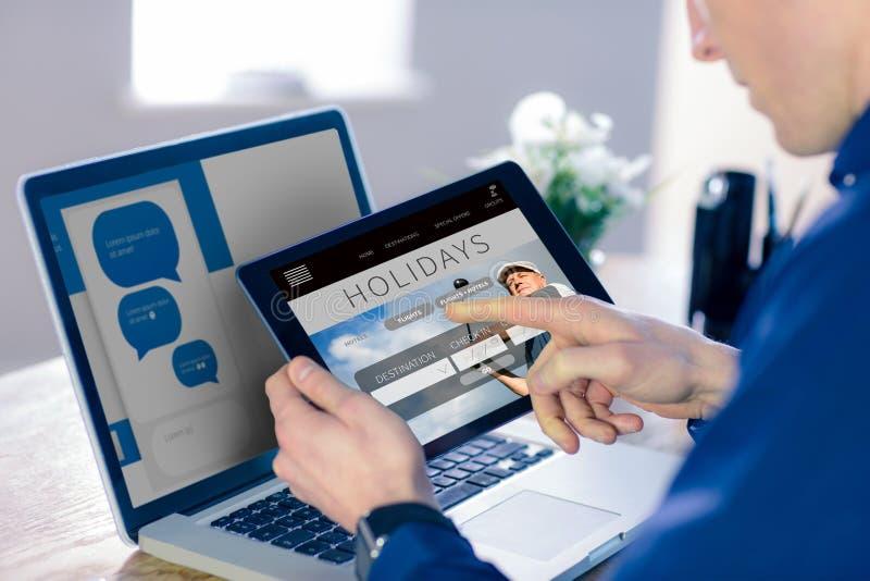 Σύνθετη εικόνα του επιχειρηματία που χρησιμοποιεί τον υπολογιστή ταμπλετών στην αρχή στοκ εικόνα
