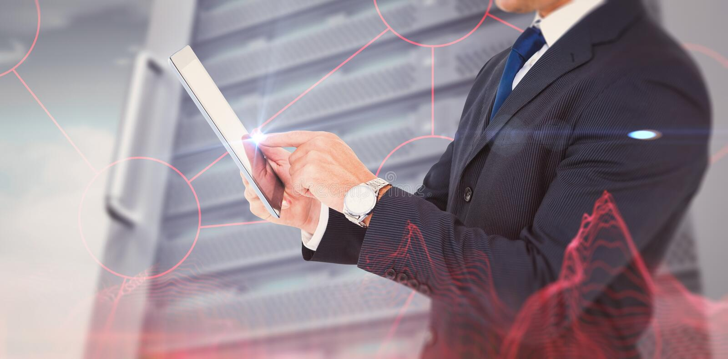 Σύνθετη εικόνα του επιχειρηματία στο κοστούμι που χρησιμοποιεί την ψηφιακή ταμπλέτα στοκ εικόνα