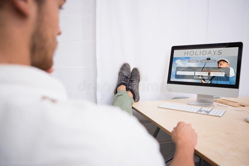 Σύνθετη εικόνα του επιχειρηματία τα πόδια που διασχίζονται με στον αστράγαλο στο γραφείο γραφείων ελεύθερη απεικόνιση δικαιώματος
