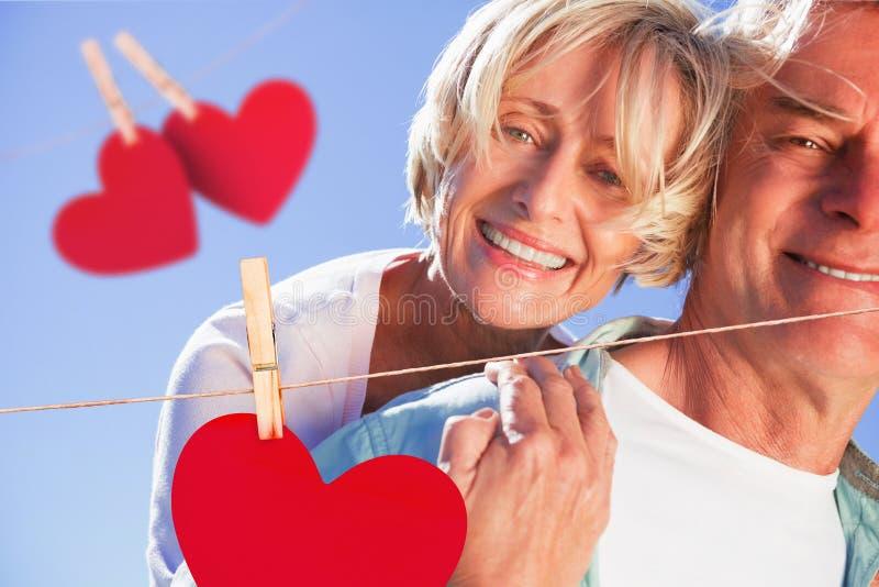 Σύνθετη εικόνα του ευτυχούς ανώτερου ατόμου που δίνει στο συνεργάτη του ένα σηκώνω στην πλάτη ελεύθερη απεικόνιση δικαιώματος