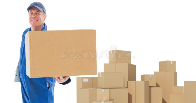 Σύνθετη εικόνα του ευτυχούς ατόμου παράδοσης που παρουσιάζει κουτί από χαρτόνι απεικόνιση αποθεμάτων