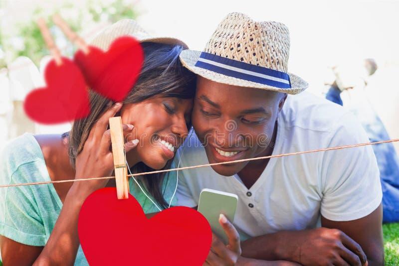 Σύνθετη εικόνα του ευτυχούς ζεύγους που βρίσκεται στον κήπο που ακούει μαζί τη μουσική διανυσματική απεικόνιση