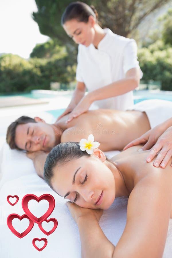 Σύνθετη εικόνα του ελκυστικού ζεύγους που απολαμβάνει το poolside μασάζ ζευγών διανυσματική απεικόνιση
