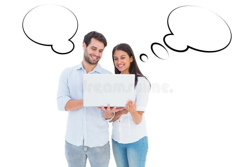 Σύνθετη εικόνα του ελκυστικού νέου ζεύγους που κρατά το lap-top τους στοκ φωτογραφία