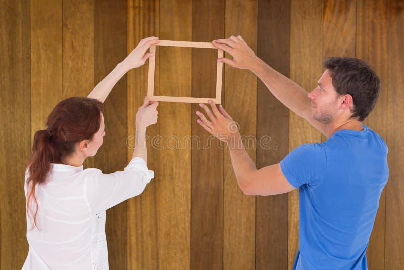 Σύνθετη εικόνα του ζεύγους που αποφασίζει να κρεμάσει την εικόνα στοκ φωτογραφίες με δικαίωμα ελεύθερης χρήσης