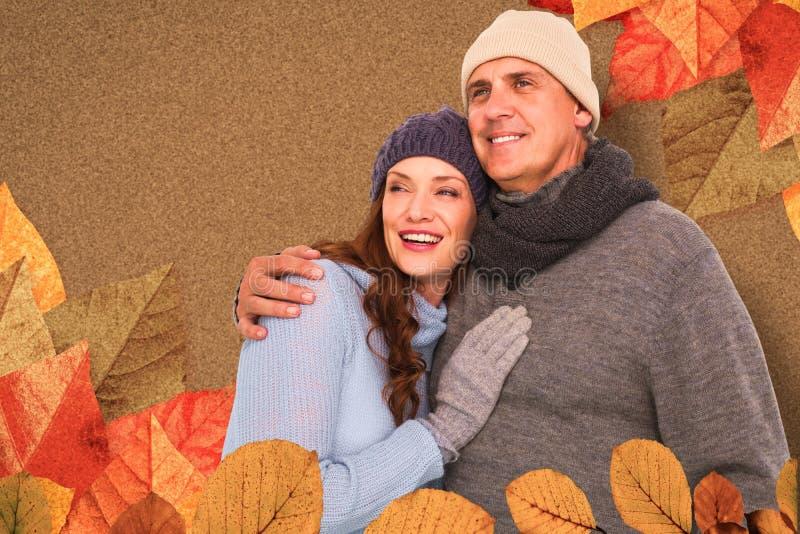 Σύνθετη εικόνα του ζεύγους στο θερμό αγκάλιασμα ιματισμού στοκ εικόνες με δικαίωμα ελεύθερης χρήσης