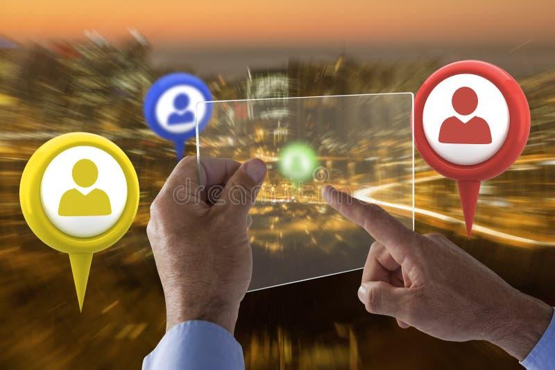 Σύνθετη εικόνα του καλλιεργημένου χεριού στον επιχειρηματία που χρησιμοποιεί τη διεπαφή γυαλιού στοκ εικόνες