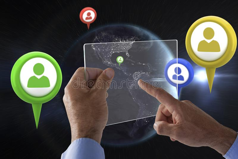 Σύνθετη εικόνα του καλλιεργημένου χεριού στον επιχειρηματία που χρησιμοποιεί τη διεπαφή γυαλιού στοκ φωτογραφία