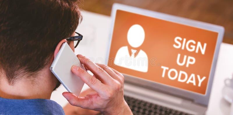 Σύνθετη εικόνα του κειμένου σημαδιών επάνω τώρα με το ανθρώπινο εικονίδιο στην καφετιά οθόνη στοκ εικόνες