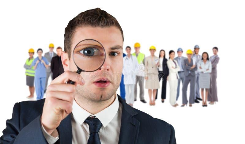 Σύνθετη εικόνα του κοιτάγματος επιχειρηματιών μέσω της ενίσχυσης - γυαλί στοκ φωτογραφία με δικαίωμα ελεύθερης χρήσης