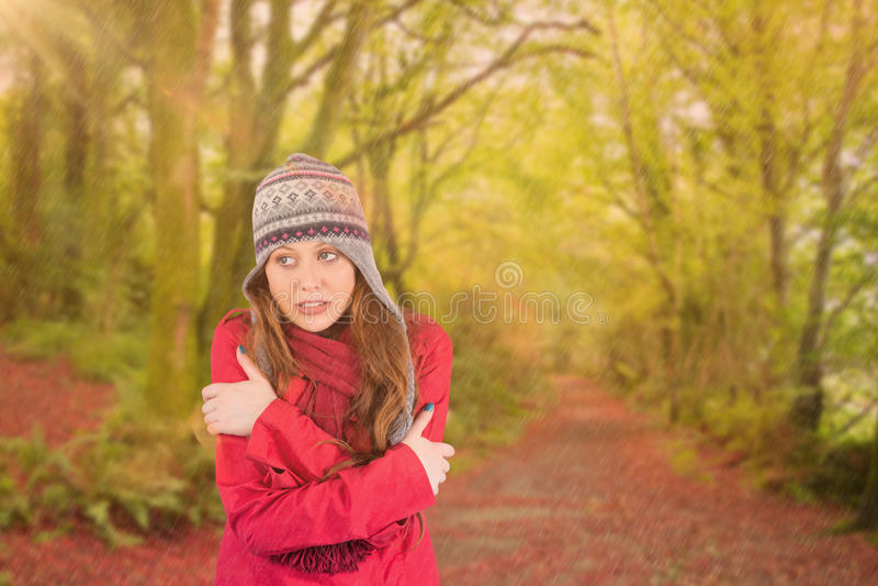 Σύνθετη εικόνα του κρύων redhead φορώντας παλτού και του καπέλου στοκ φωτογραφία με δικαίωμα ελεύθερης χρήσης