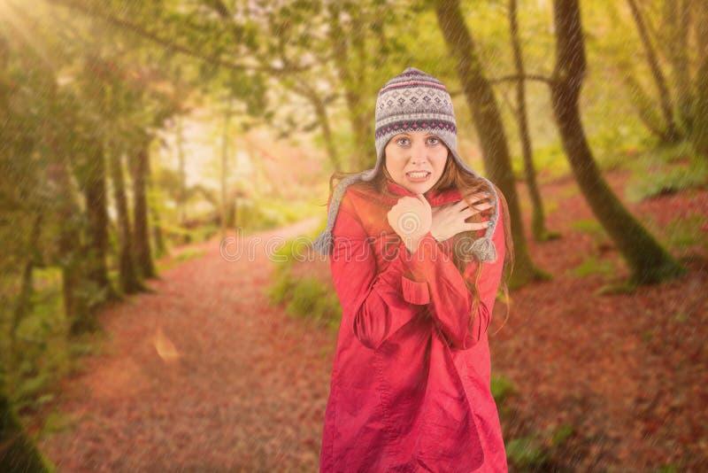 Σύνθετη εικόνα του κρύων redhead φορώντας παλτού και του καπέλου στοκ εικόνα με δικαίωμα ελεύθερης χρήσης