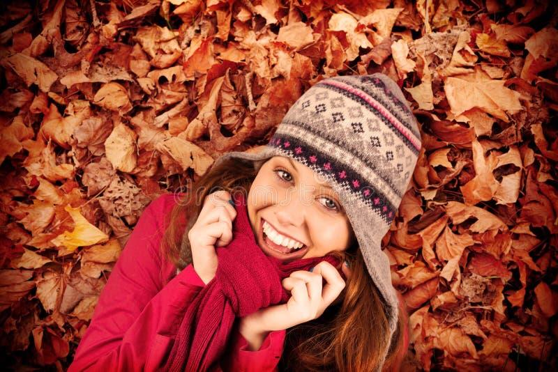 Σύνθετη εικόνα του κρύων redhead φορώντας παλτού και του καπέλου στοκ φωτογραφίες