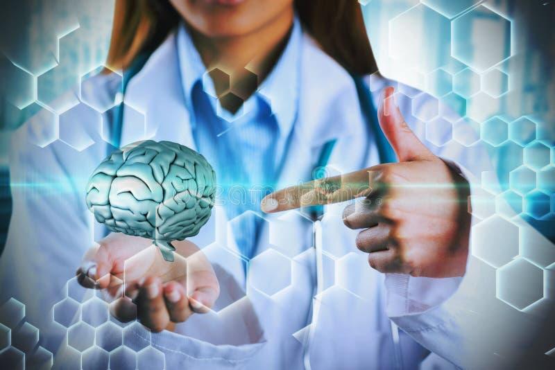 Σύνθετη εικόνα του μέσου τμήματος του θηλυκού γιατρού που παρουσιάζει κενό χέρι στοκ εικόνες με δικαίωμα ελεύθερης χρήσης